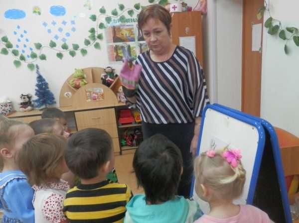 Педагог с перчаточной куклой на руке обращается к детям