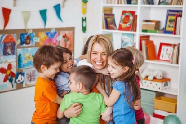 дети обнимают воспитателя