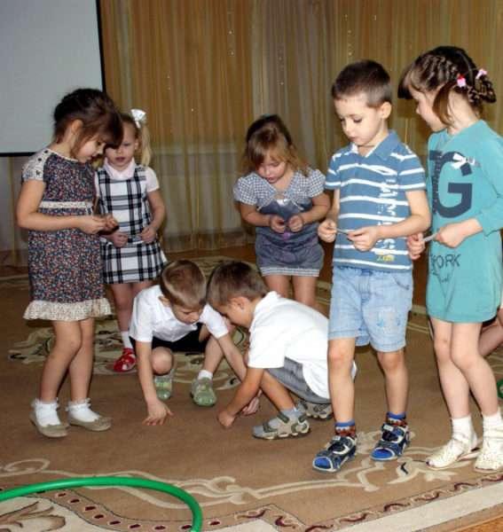 Дошкольники выполняют задание