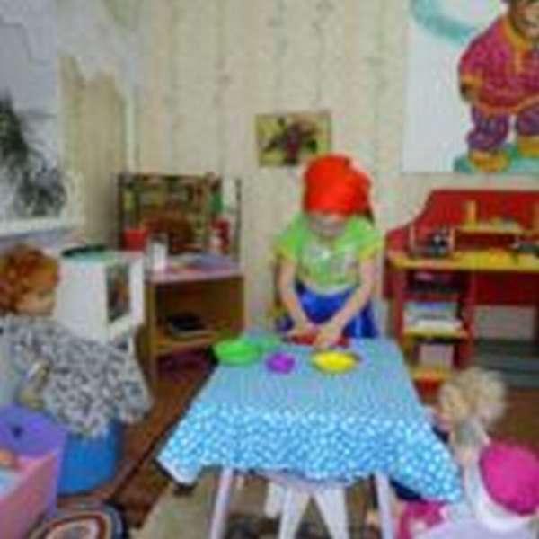 Девочка играет в приготовление обеда