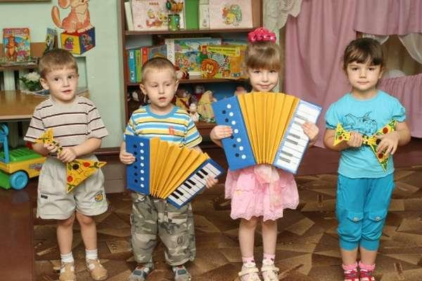 Дошкольники играют на импровизированных музыкальных инструментах