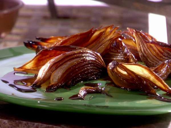 Печеный лук обладает отличными вкусовыми качествами, поэтому его приятно есть
