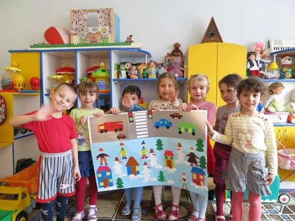 Дети держат плакат с ПДД