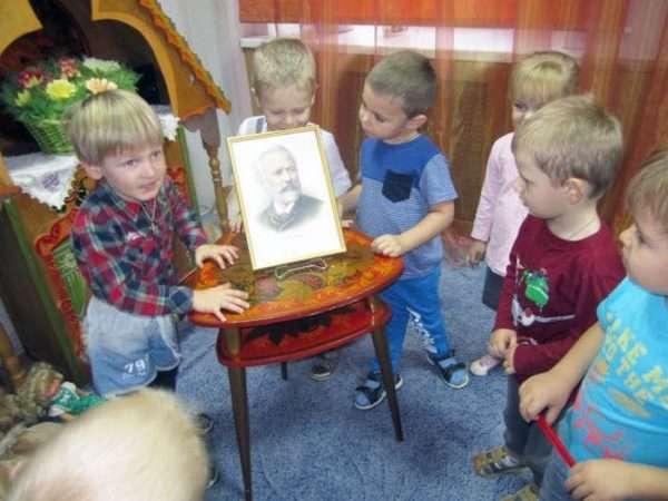Малыши рассматривают портрет П.И. Чайковского
