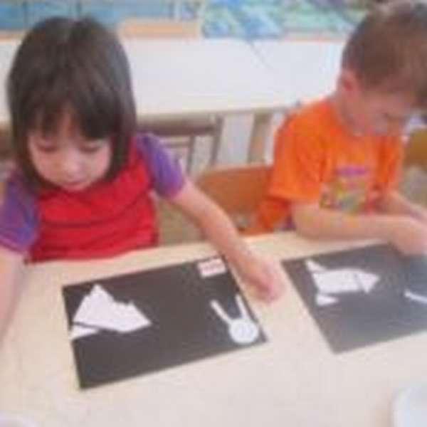 Девочка и мальчик делают аппликации на космическую тему
