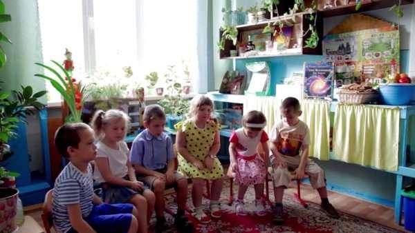 Дети сидят полукругом