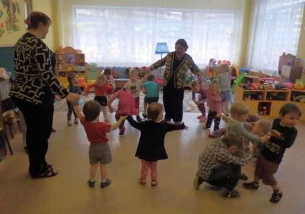 Воспитательницы держат детей за ручки в хороводе