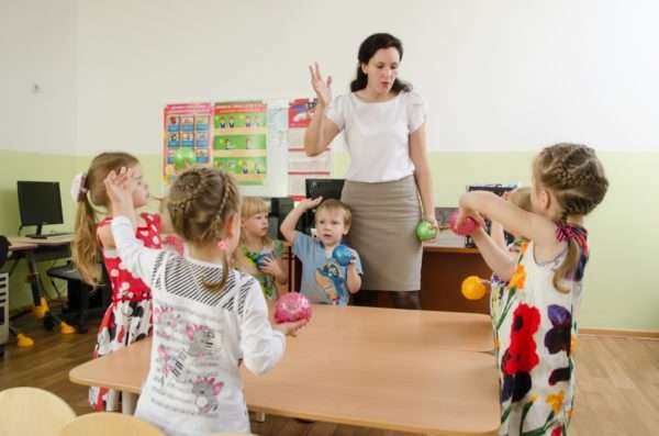 Воспитатель показывает движения с массажными мячиками