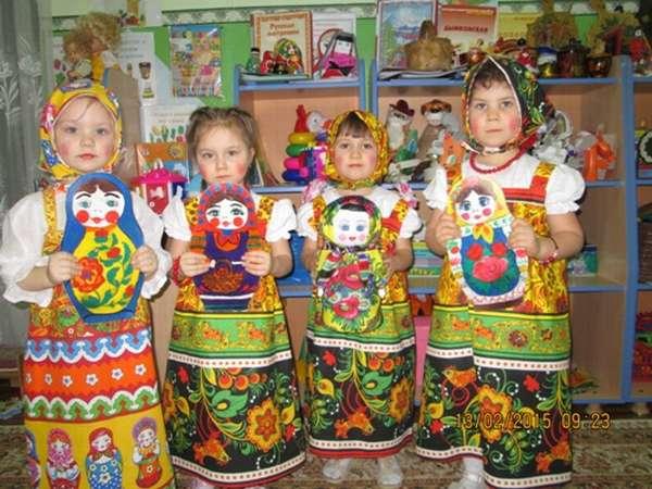 Четверо детей в костюмах матрёшек