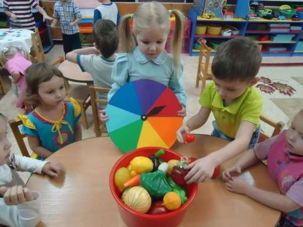 Дети изучают муляжи овощей и соотносят их с нужным цветом