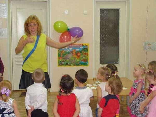 Воспитательница что-то объясняет детям