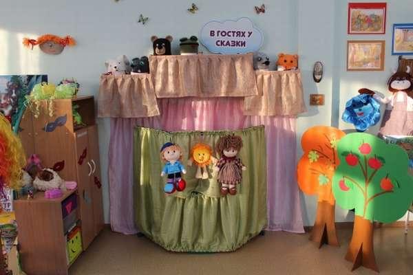 Театральный уголок с ширмой в несколько ярусов и тремя куклами из капроновых чулок