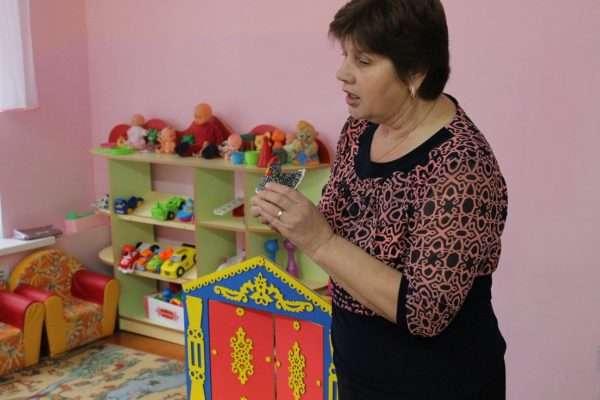 Воспитатель описывает куклу-курочку
