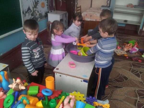 Дети моют игрушки