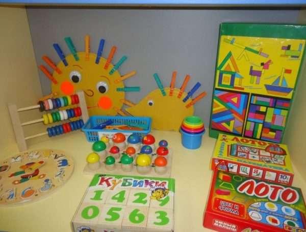 кубики с цифрами, лото, ёжики с прищепками, счёты и пр. на столе