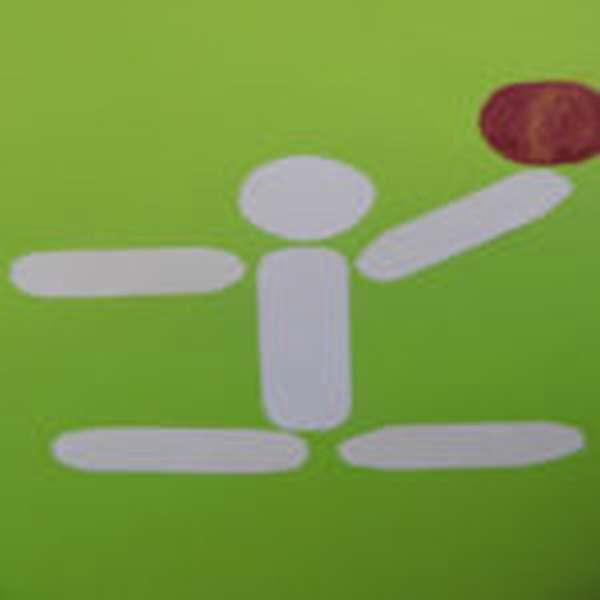 Человечек из бумаги с мячом