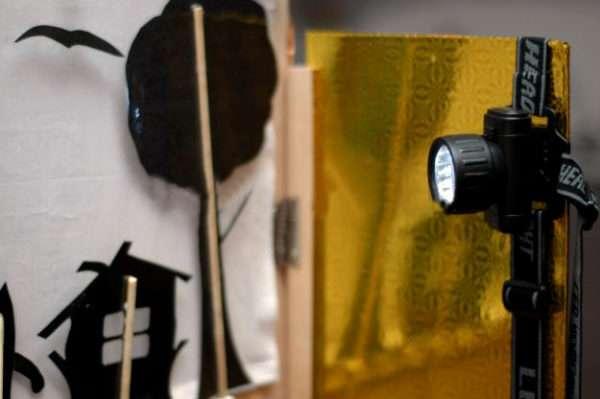 Фонарик, установленный на дверце ширмы