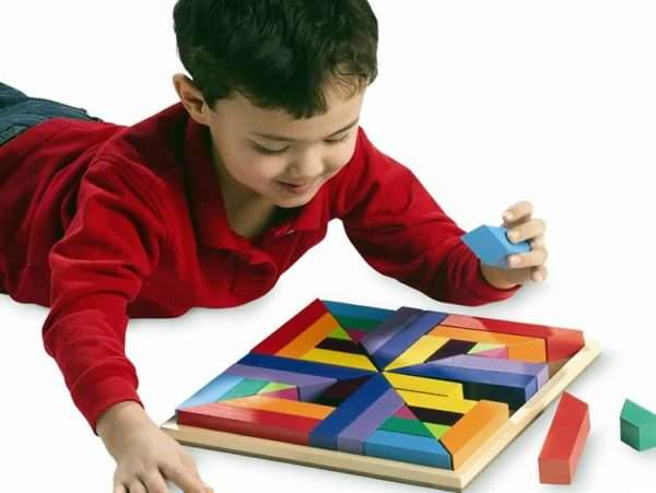ребёнок играет в творческую игру