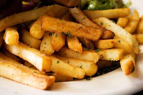 Реже всего стоит беременным включать в ежедневное меню жареную картошечку