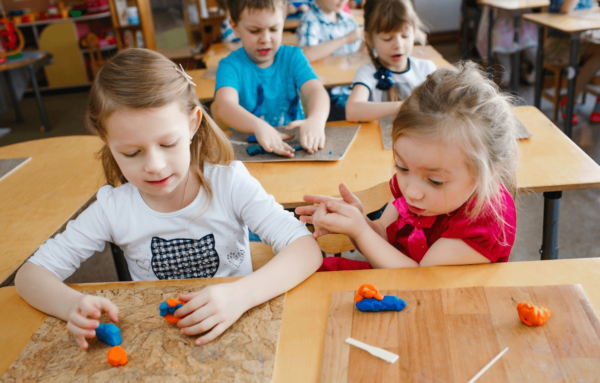 Дети занимаются лепкой из пластилина