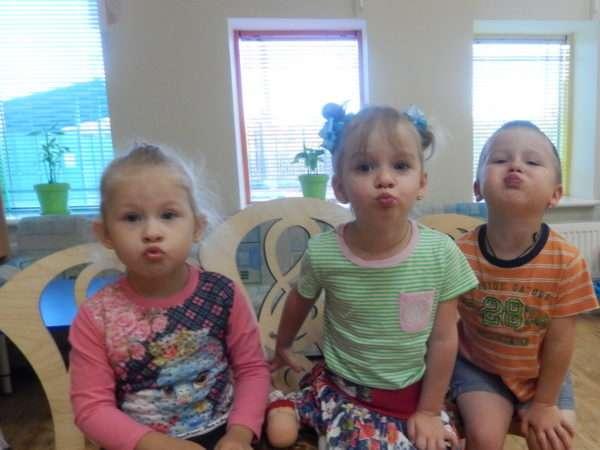 Трое детей вытянули губы трубочкой