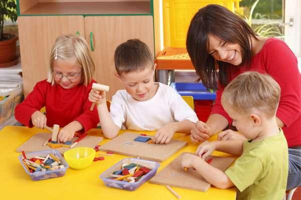дети играют с педагогом