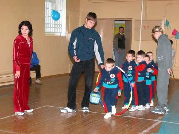 Дети с родителями участвуют в физкультурном досуге