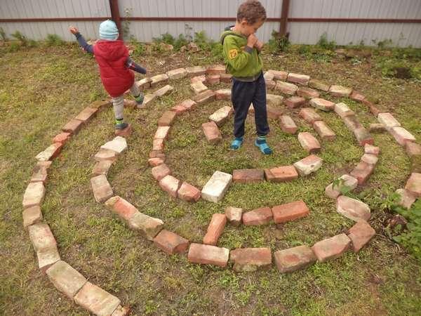 При выборе игры для детей на даче следует учитывать их возраст