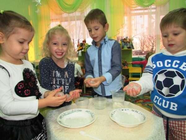 Дошкольники изучают свойства льда в группе