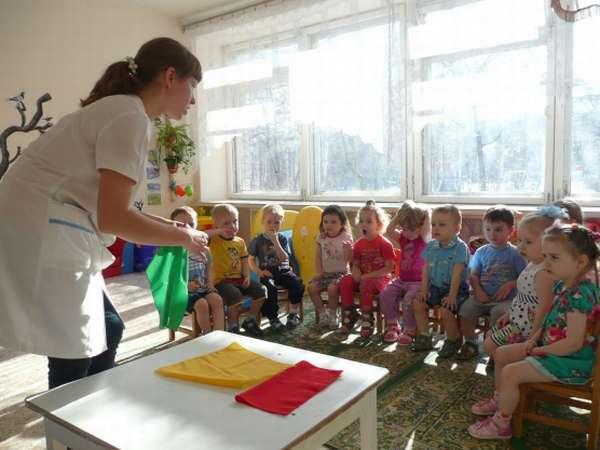 Педагог показывает малышам цветные платки