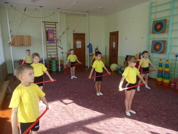 Дети выполняют упражнения с гимнастическими палками