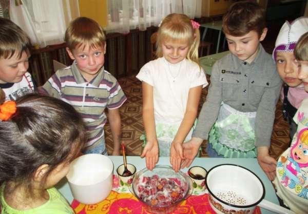 Дети участвуют в приготовлении яблочного варенья