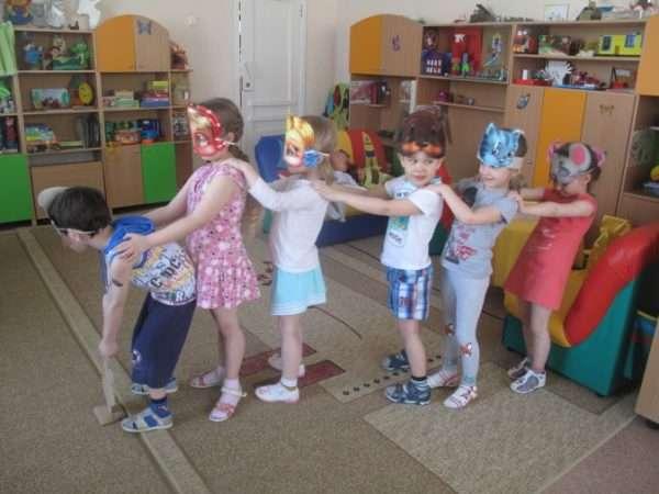Дети в масках участвуют в инсценировке сказки «Репка»