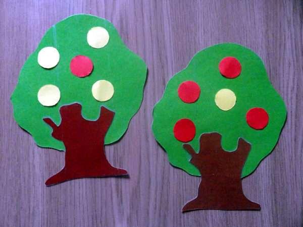 Два фруктовых дерева из бумаги лежат на столе