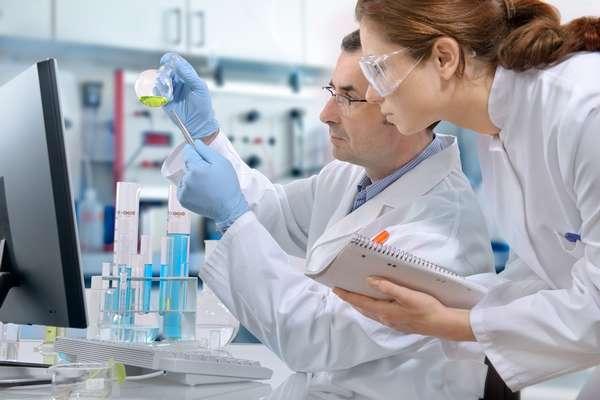 Врач генетик занимается изучением генов