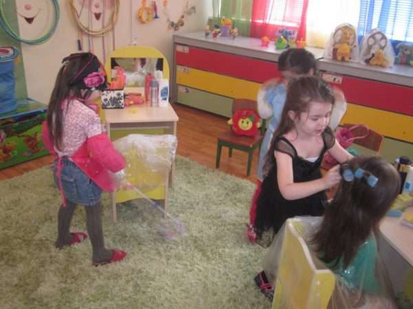 Девочки играют в парикмахерскую