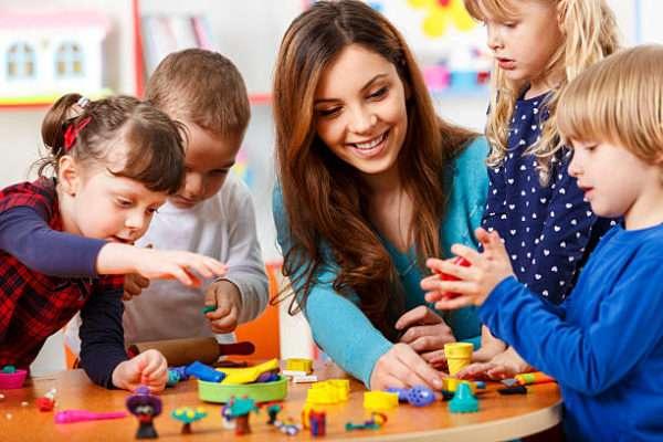 дети занимаются с воспитателем