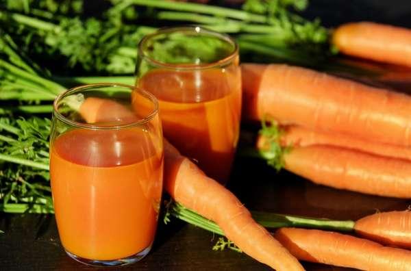 Лучше всего при беременности пить морковный сок, который вы приготовили самостоятельно