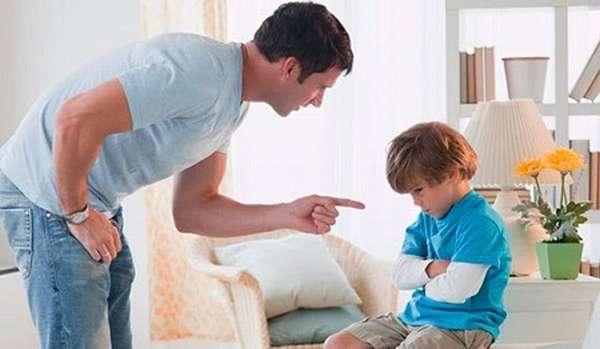 Отец ругает сына
