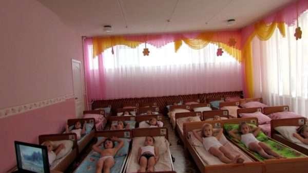 Дети лежат в кроватках