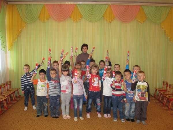 Воспитатель и дети с зубными щётками