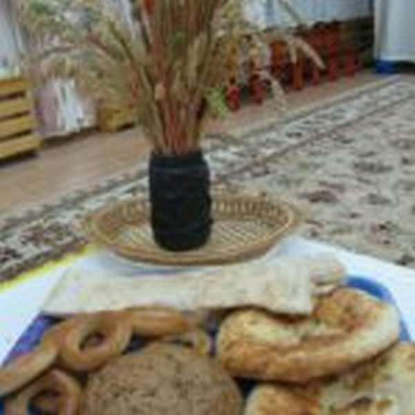 На подносе лежат баранки, хлеб, лепёшки