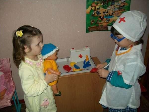 Две девочки играют в поликлинику
