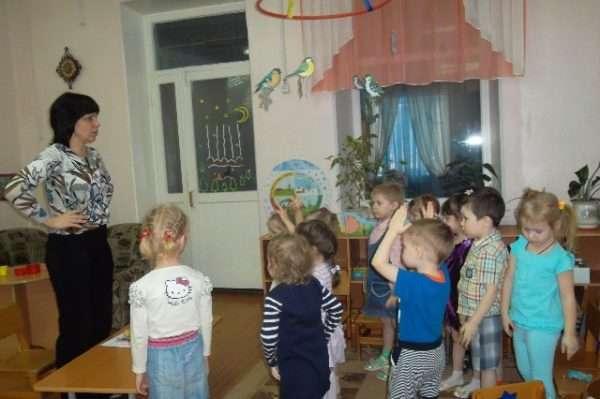 Воспитатель показывает детям движения