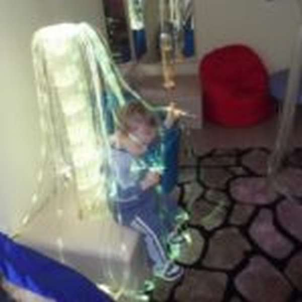 Ребёнок сидит в фиброоптическом светильнике