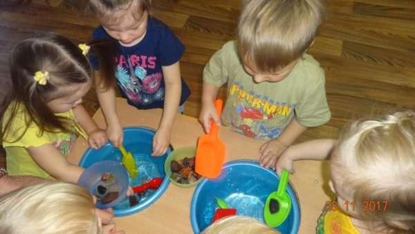 Дети исследуют свойства воды