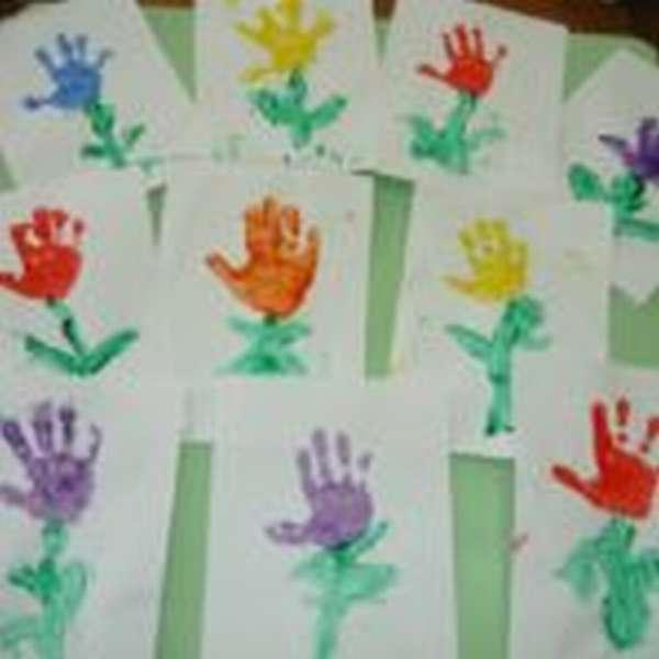 Рисунки цветов, выполненные с помощью детских ладошек
