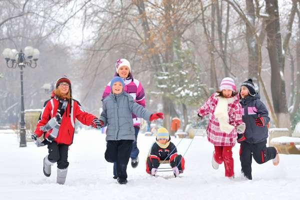 С детьми зимой отличным решением является катание на санках