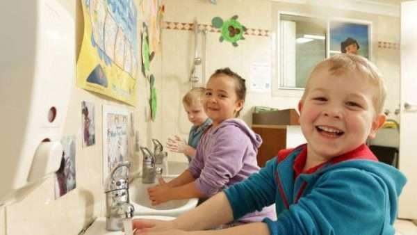 Дети моют руки и смеются