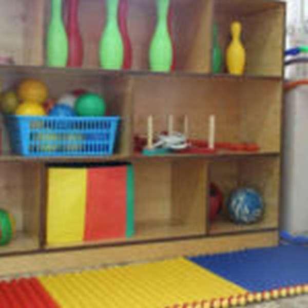 Спортивная зона с кеглями, мячами и обручами